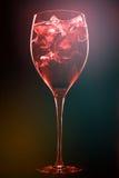 Cocktail met ijsblokjes op donkere achtergrond Royalty-vrije Stock Afbeeldingen