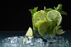 Cocktail met kalk, ijs en pepermunt Stock Foto
