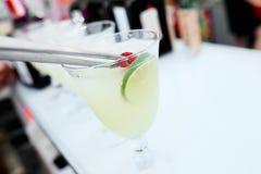 Cocktail met kalk op de barteller royalty-vrije stock foto