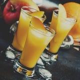 Cocktail met mango en oranje likeur, donkere achtergrond, selecti stock afbeelding