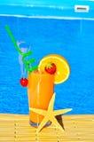 Cocktail met sinaasappel en kers stock fotografie