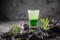 Cocktail mexicano verde alcoólico em atiradores do vidro disparado Bebida fresca da vodca forte, do uísque e dos licores doces fotografia de stock royalty free