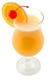 Cocktail mit einer Zitrone und einer Kirsche Stockfotografie