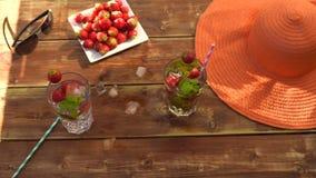 Cocktail mit Eis an einem heißen Tag am Strand, Erdbeere stock video footage