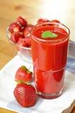 Cocktail mit Erdbeeren Stockbild