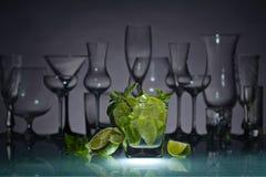 Cocktail mit Kalk, Eis und Pfefferminz Stockbild