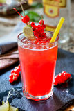 Cocktail mit Korinthe Stockfoto