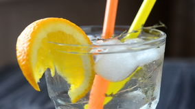 Cocktail mit orange Scheibe und Eis stock video footage