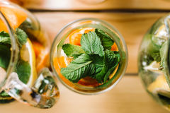 Cocktail mit Orange und tadelloser Draufsicht Lizenzfreie Stockfotos