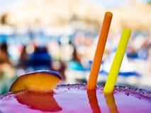 Cocktail mit Strand im Hintergrund Stockbilder