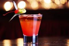 Cocktail mit Strohen stockfoto