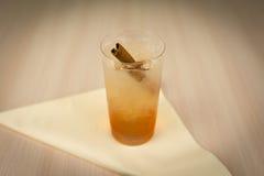 Cocktail mit Zimt auf Holztisch lizenzfreies stockbild