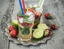 Cocktail Mojito com morangos - bebida de refrescamento imagens de stock royalty free