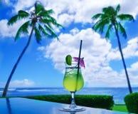 Cocktail na tabela pelo oceano Imagem de Stock