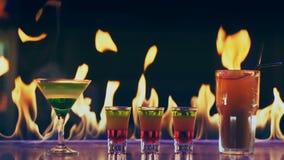 Cocktail no fogo em uma barra vídeos de arquivo