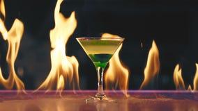 Cocktail no fogo em uma barra filme