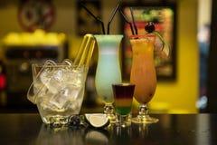 Cocktail no fundo da barra foto de stock royalty free