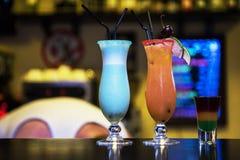 Cocktail no fundo da barra foto de stock