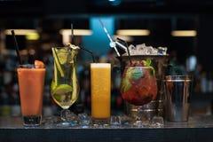 Cocktail no fundo da barra imagem de stock