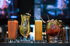 Cocktail no fundo da barra fotografia de stock royalty free