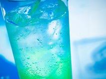 Cocktail no vidro com gelo e espaço para o texto Imagens de Stock Royalty Free