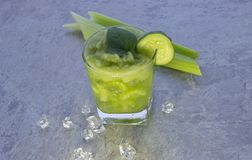 Cocktail nutritif de céleri pour la perte de poids et maintenir un mode de vie sain photographie stock