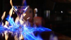 cocktail O barman faz o cocktail um empregado de bar ajusta no fogo um cocktail Foto de Stock