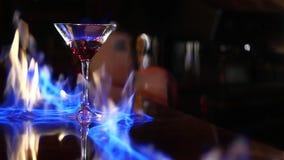 cocktail O barman faz o cocktail um empregado de bar ajusta no fogo um cocktail video estoque