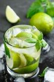 Cocktail o limonata di Mojito con calce, la menta ed i cubetti di ghiaccio Fotografia Stock
