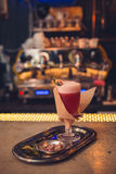 Cocktail op de bar stock foto's