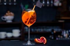 Cocktail op de bar met sinaasappel Stock Foto