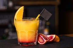 Cocktail op de barlijst met sinaasappel Stock Afbeeldingen