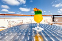 Cocktail op een lijst Royalty-vrije Stock Afbeelding