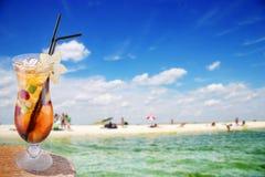 Cocktail op een strand Royalty-vrije Stock Afbeeldingen