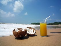 Cocktail op het strand stock afbeeldingen