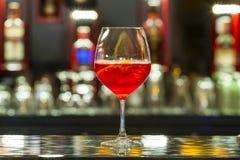 Cocktail op restaurantbar Royalty-vrije Stock Foto's
