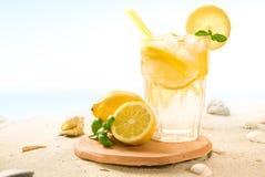 Cocktail op strand royalty-vrije stock afbeeldingen