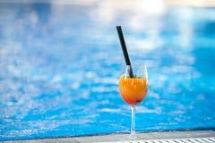 Cocktail orange sur le fond de piscine Concept de vacances d'été Boisson régénératrice Projectile horizontal Copiez l'espace photo stock