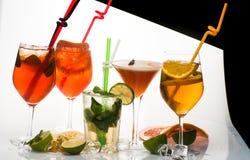 Cocktail ou boisson colorée avec des tranches de fruit image stock