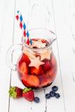 Cocktail patriótico da bebida com morango, mirtilo e maçã para a 4o do partido de julho Imagem de Stock