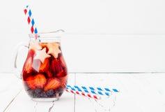 Cocktail patriotique de boissons avec la fraise, la myrtille et la pomme pour la 4ème de la partie de juillet Photo libre de droits