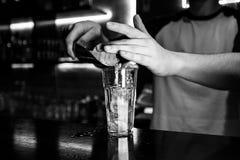 Cocktail pelo empregado de bar em um clube noturno - as habilidades do barman são mostradas fotografia de stock royalty free