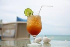 Cocktail pelo mar fotos de stock