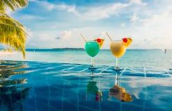 Cocktail perto da piscina Imagem de Stock
