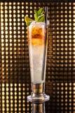 Cocktail posé orange et blanc en verre grand photo libre de droits