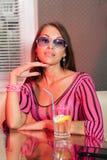 Cocktail potable d'alcool de femme image libre de droits