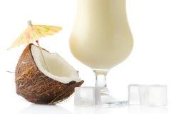 Cocktail potato di colada di Pina con la noce di cocco ed i cubetti di ghiaccio isolati su bianco immagine stock libera da diritti