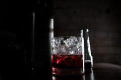 Cocktail próximo da obscuridade Fotografia de Stock Royalty Free