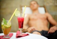 Cocktail que bebe e que relaxa Fotografia de Stock Royalty Free