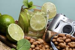 Cocktail régénérateur avec le citron et la glace verts image libre de droits